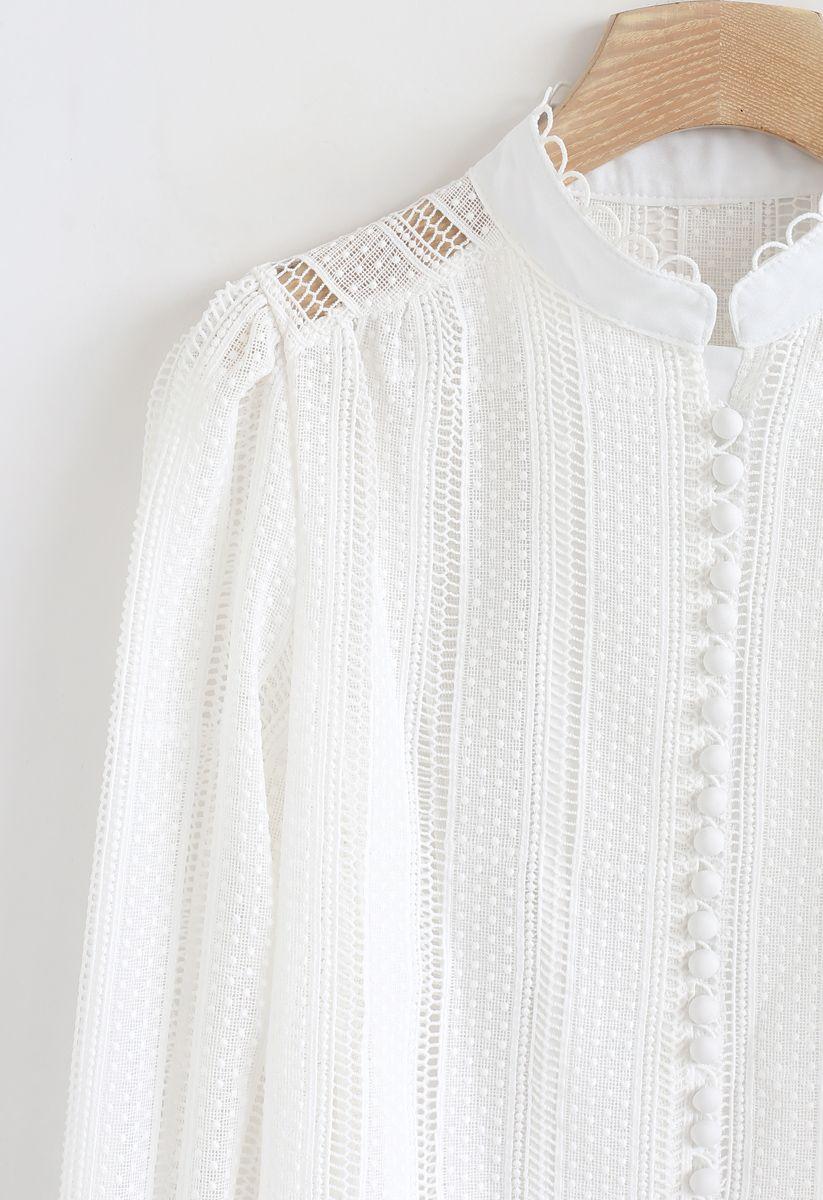 Haut boutonné à œillets en crochet en blanc