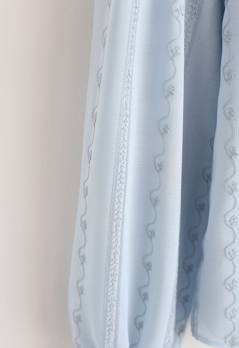 Haut transparent avec œillets brodés en bleu