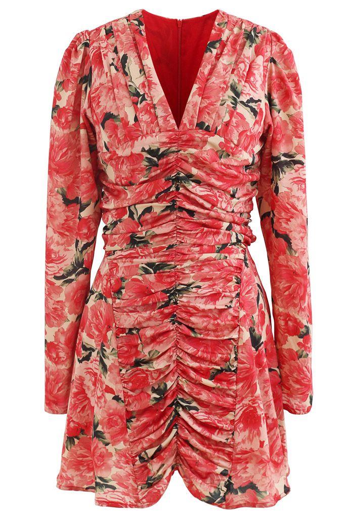 Robe courte rouge froncée à fleurs et col en V