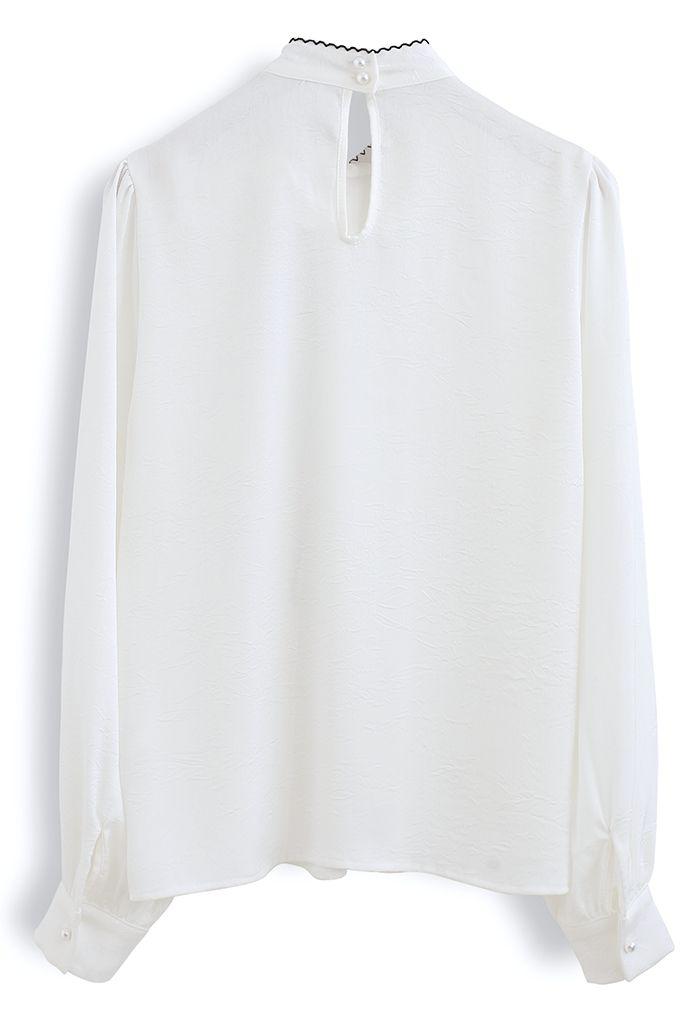 Top en satin texturé avec nœud à bords cousus en blanc