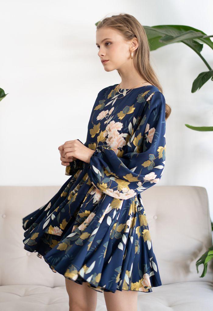 Robe à volants bleu marine à imprimé floral et manches bouffantes