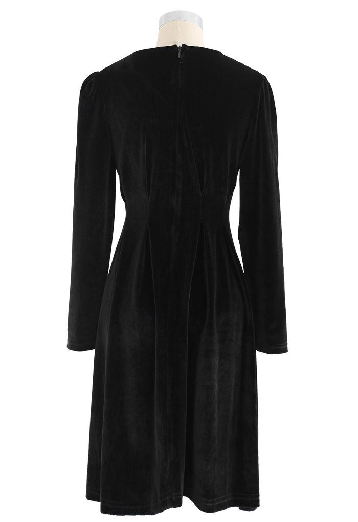 Robe mi-longue en velours à col en V et bordure boutonnée en fumée
