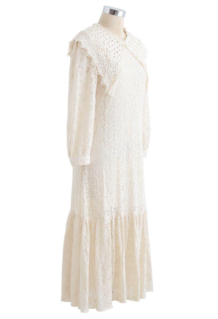 Robe en maille brodée avec col en crochet et ourlet à volants