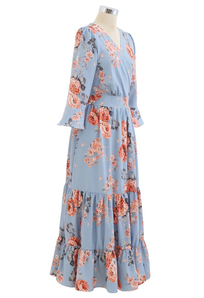 Robe longue portefeuille à volants et pivoine rose en bleu