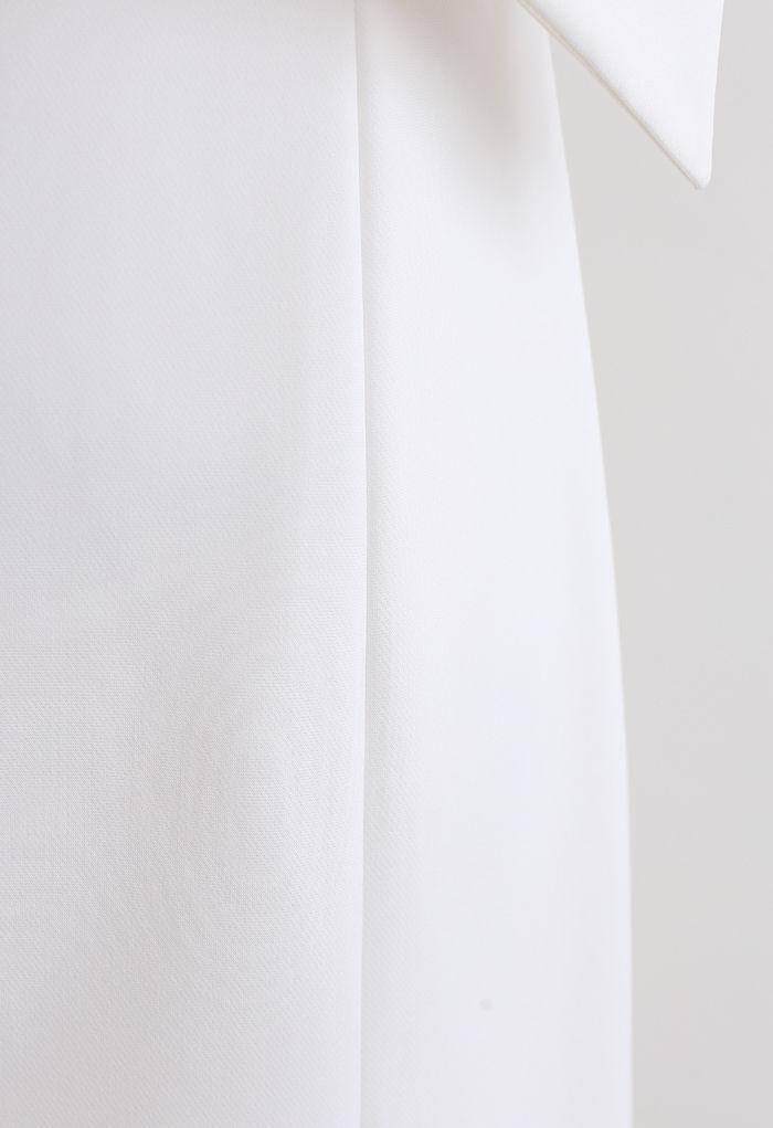 Robe droite fendue oblique à bretelles et nœud en blanc