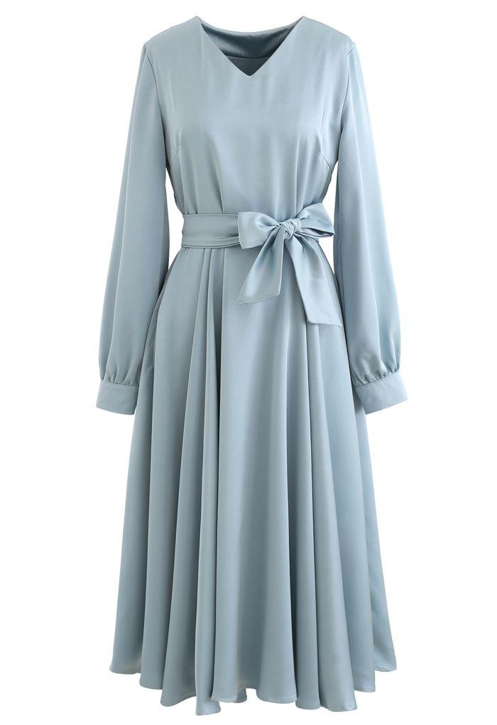 Robe mi-longue évasée à col en V et écharpe en bleu