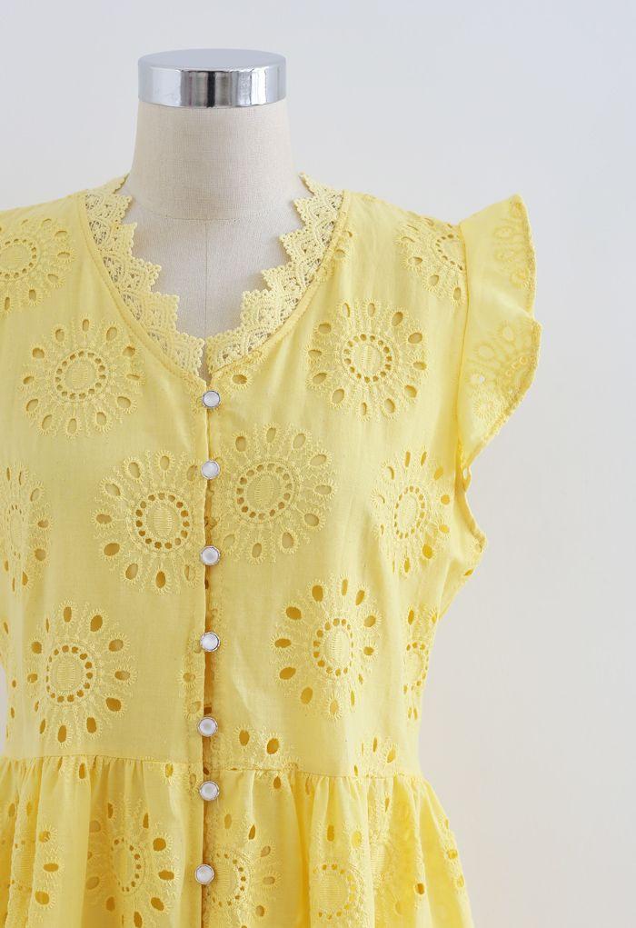 Robe sans manches boutonnée à broderies à œillets sur l'ensemble en jaune