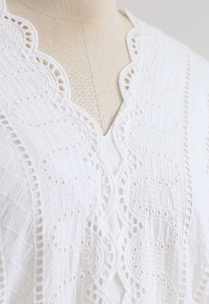 Chemise blanche brodée à col en V