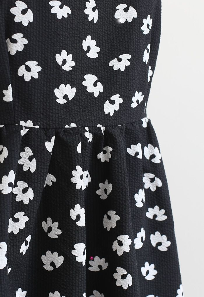 Robe nuisette à imprimé floral en relief en noir
