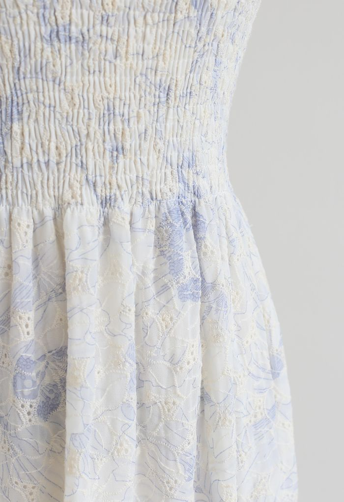 Robe nuisette brodée avec buste froncé et pétale en bleu