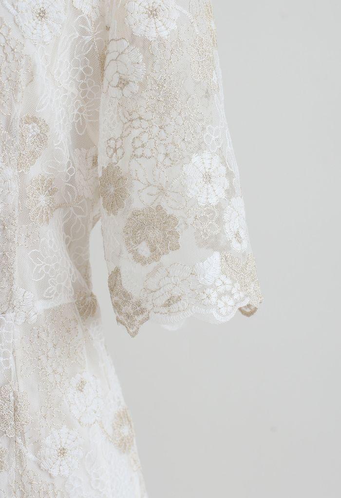 Robe mi-longue à col en V brodée de fleurs dorées