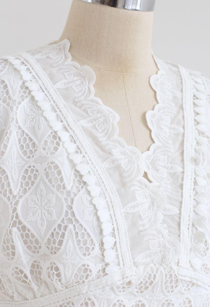 Top en crochet brodé à bord festonné en blanc