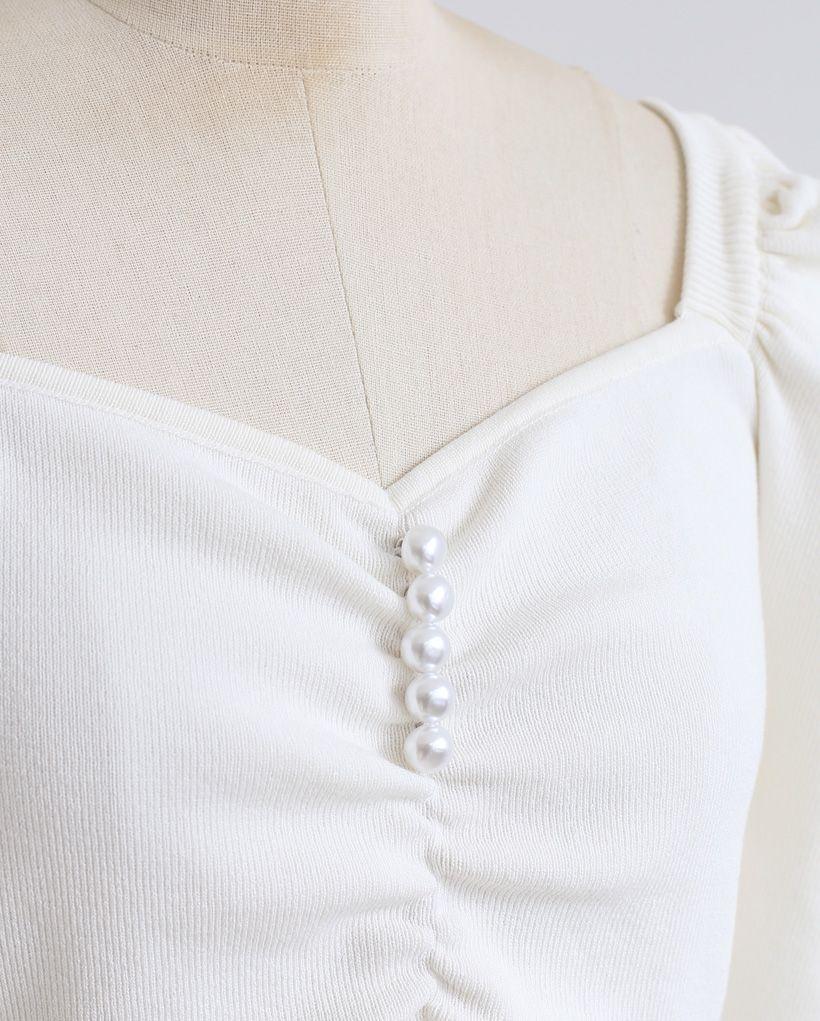 Top court en maille froncée à col en cœur et perles en blanc