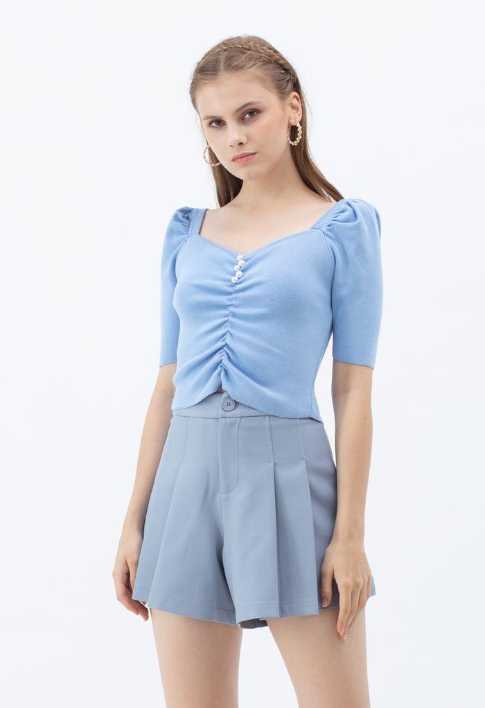 Top court en maille froncée avec encolure en cœur et perles en bleu