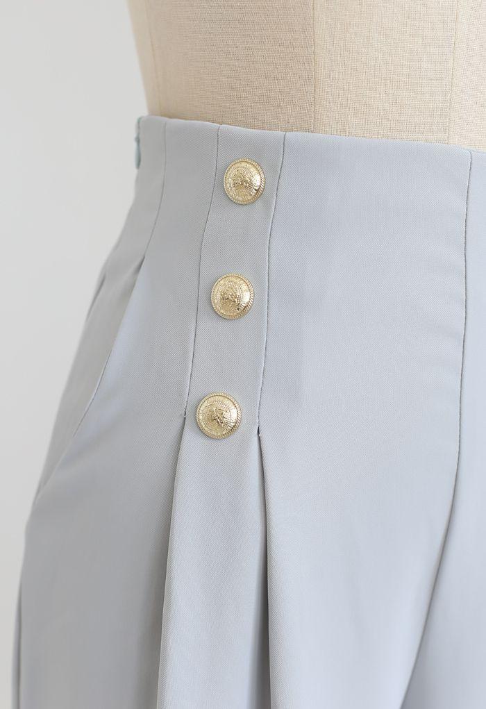 Pantalon plissé orné de boutons en bleu clair