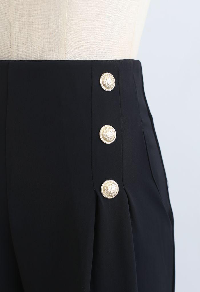 Pantalon plissé orné de boutons en noir