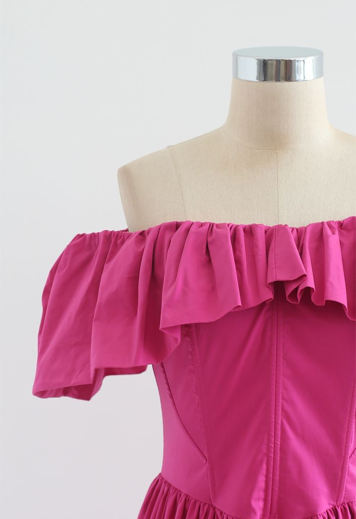 Robe asymétrique à volants et épaules dénudées en magenta
