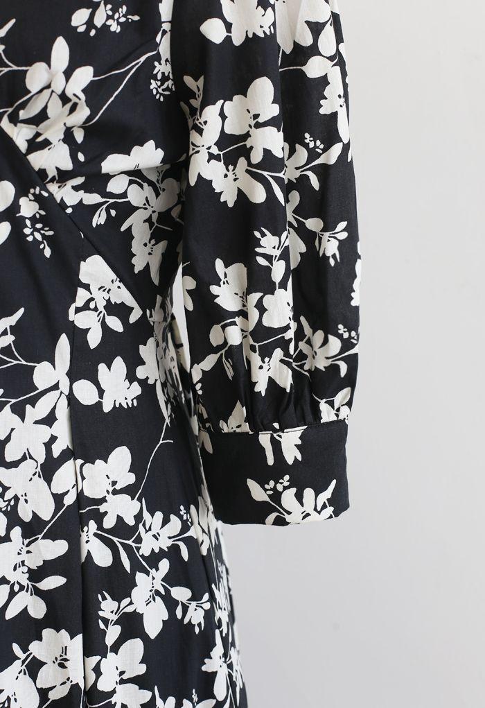 Robe mi-longue plissée à col en V et imprimé feuilles en noir