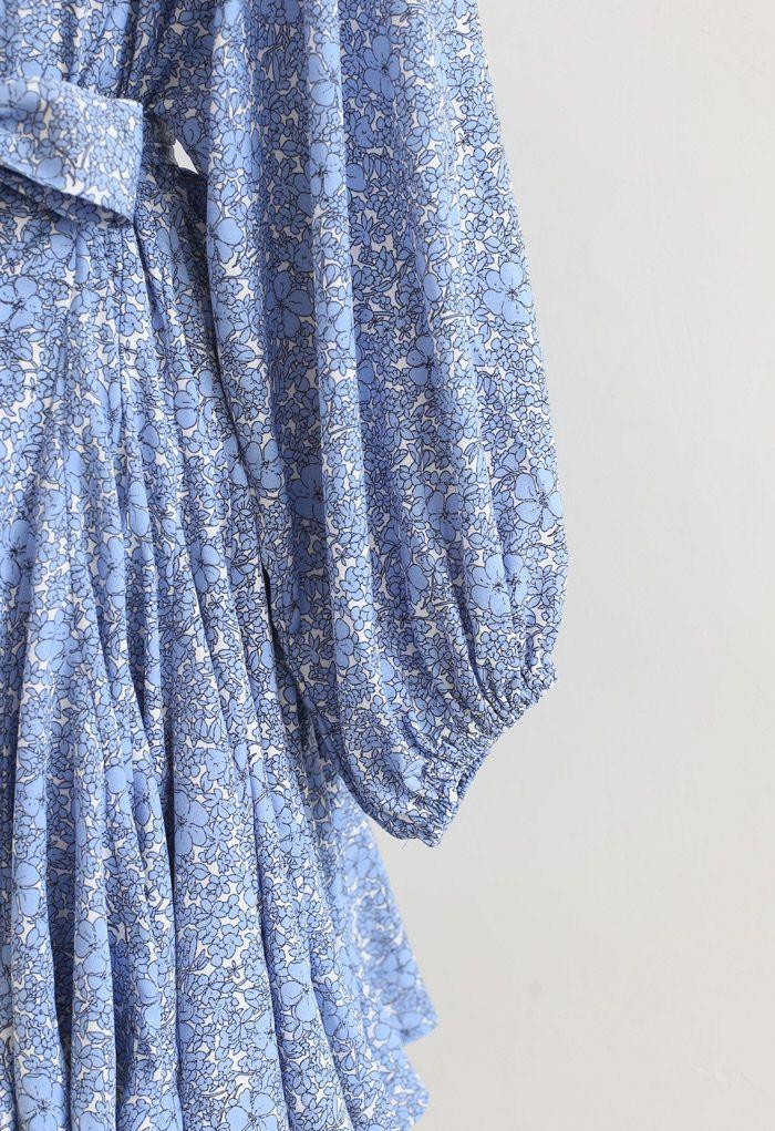 Robe bleue à volants et manches bouffantes fleurie