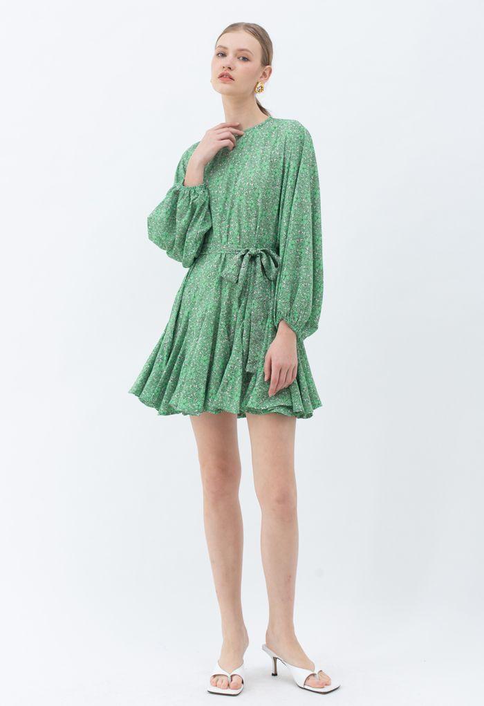 Robe verte fleurie à manches bouffantes et volants