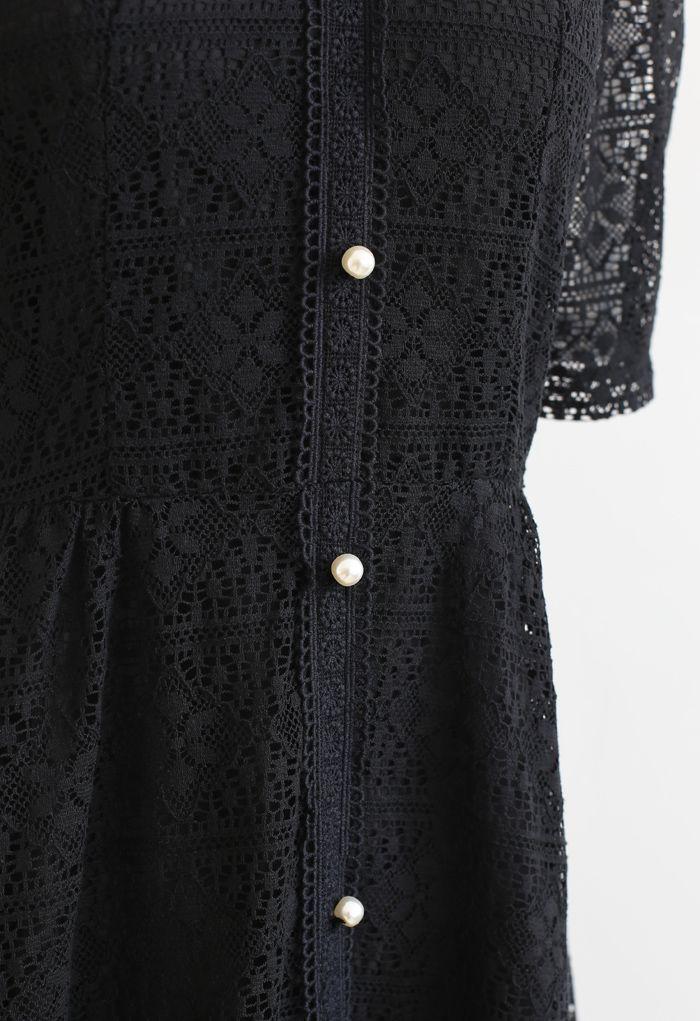 Robe mi-longue en dentelle avec col de poupée en noir