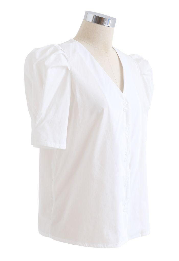 Top blanc boutonné à col en V et manches courtes bouffantes