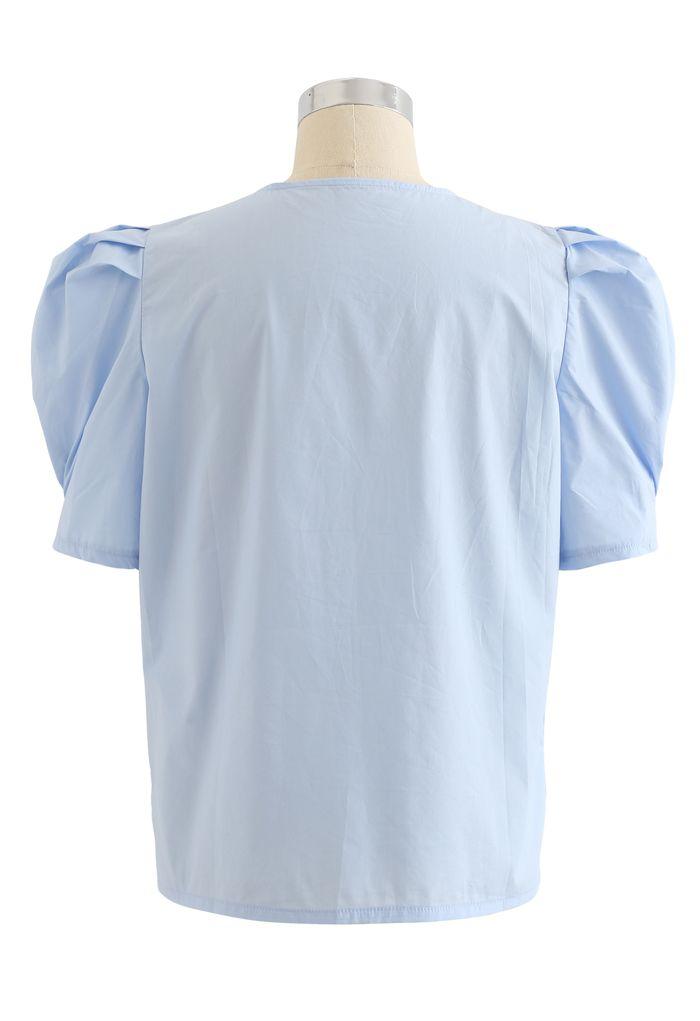 Haut boutonné bleu ciel à col en V et manches courtes