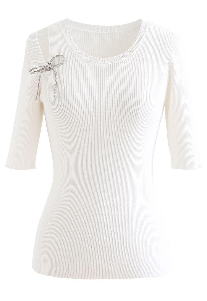 Haut en maille côtelée avec découpes aux épaules et nœud en blanc