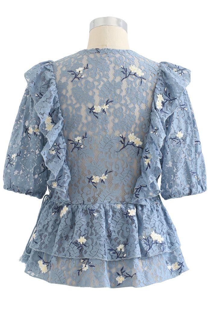 Top en dentelle à volants et fleurs sur le côté en bleu poussiéreux