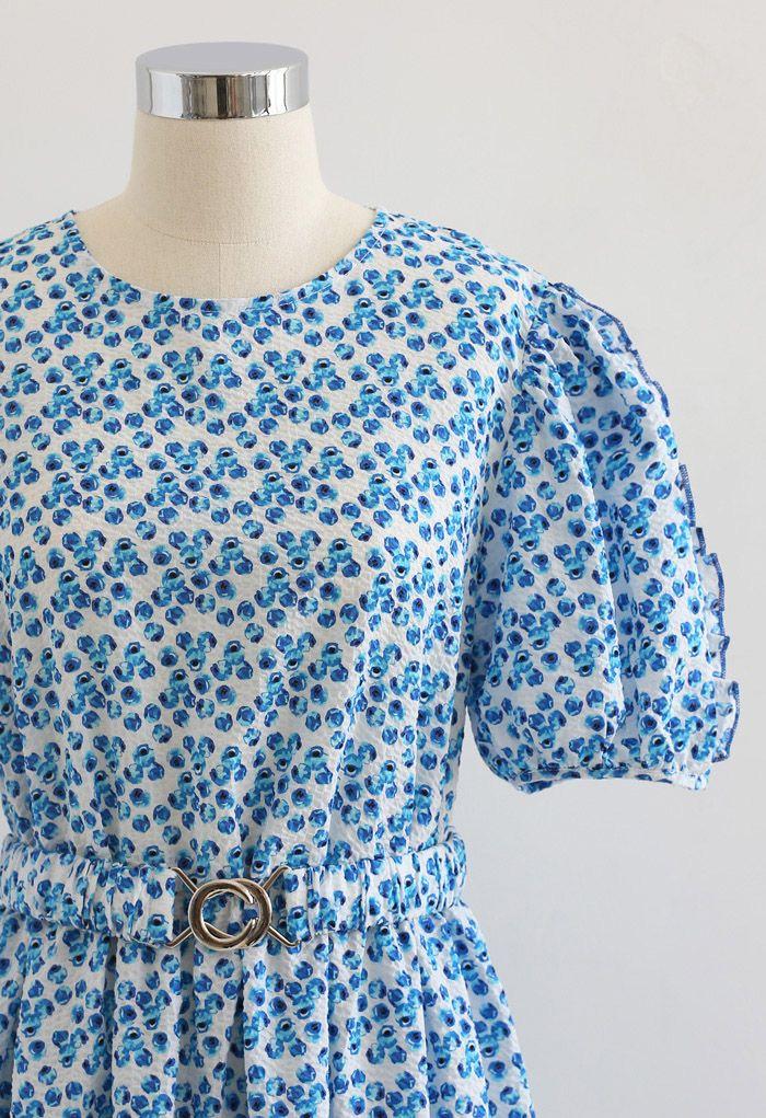 Robe à volants en relief avec boutons de fleurs en bleu
