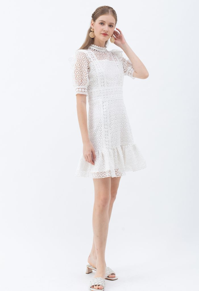 Mini-robe en crochet à col montant en blanc