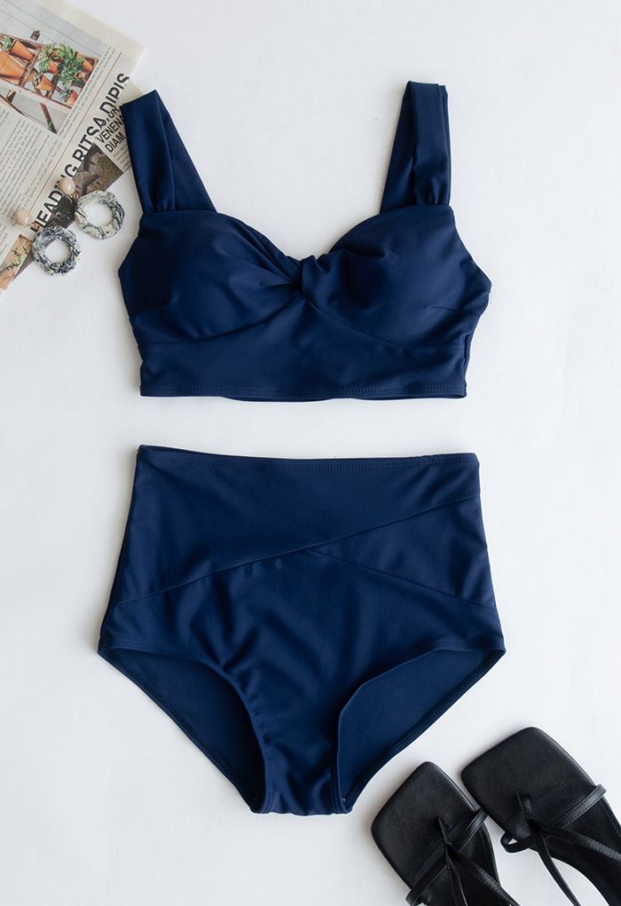 Ensemble de bikini taille haute torsadé sur le devant en bleu marine