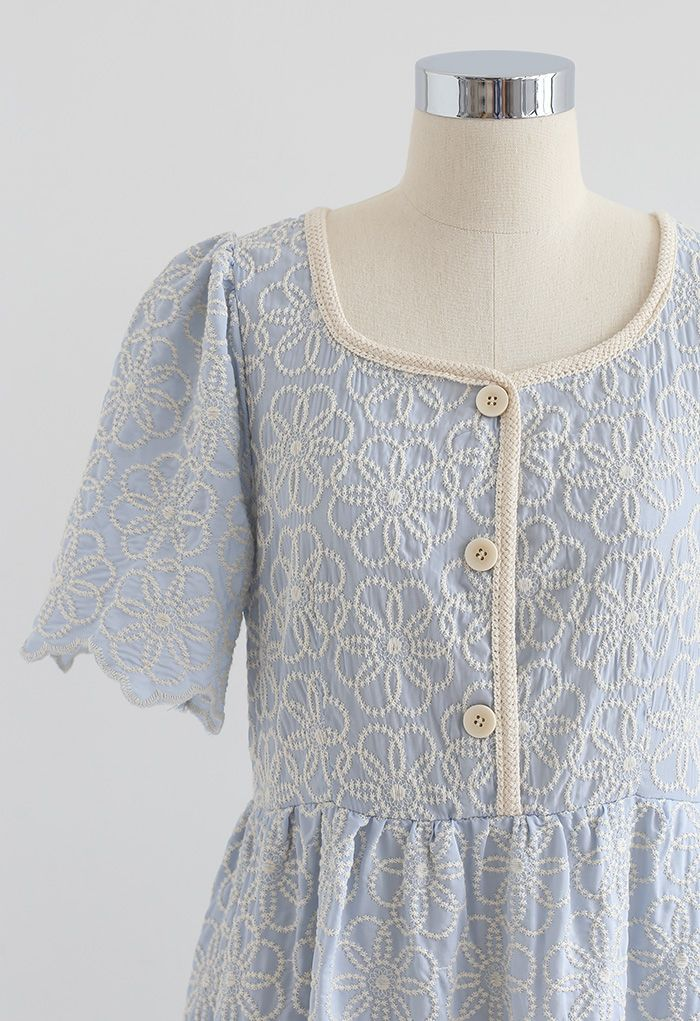 Robe festonnée à boutons brodés pleine fleur en bleu bébé
