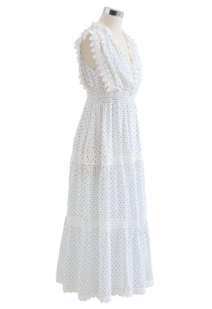Robe longue bleue sans manches à pompons et boutons de roses