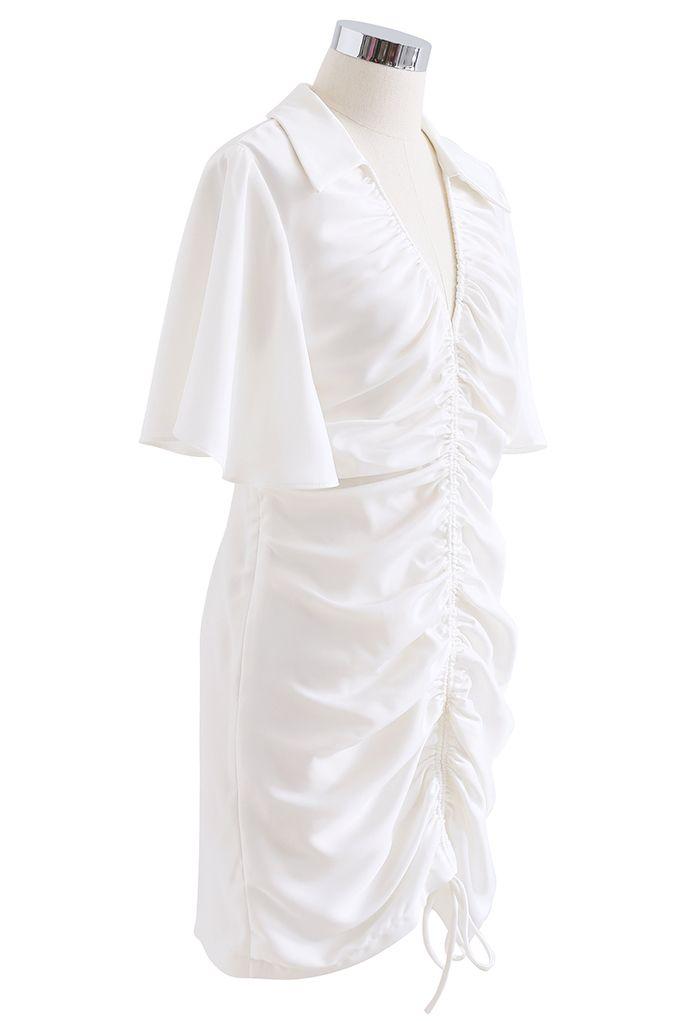 Mini-robe à manches évasées avec cordon de serrage devant en blanc