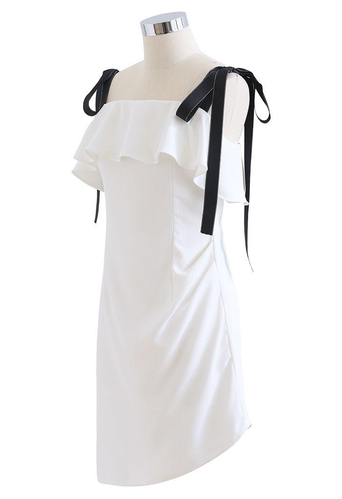 Mini-robe froncée à volants nouée aux épaules en blanc