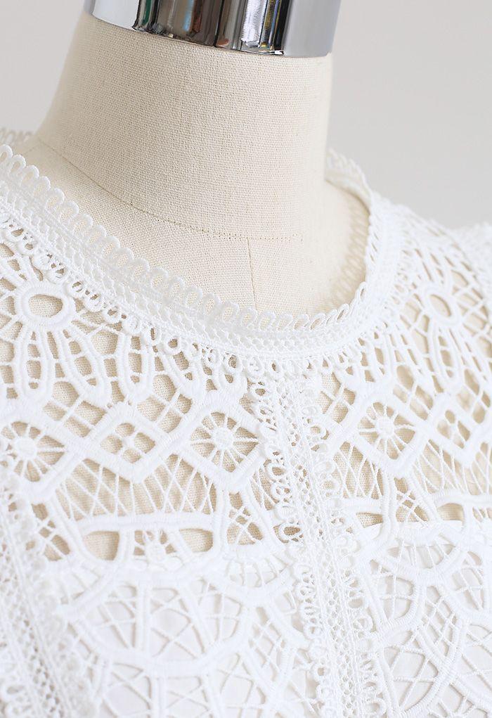 Crop top à manches volantées en crochet en blanc
