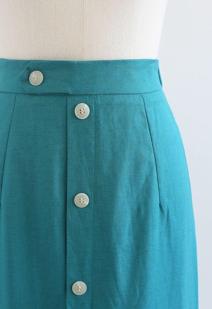 Jupe mi-longue fendue sur le devant et ornée de boutons en bleu canard