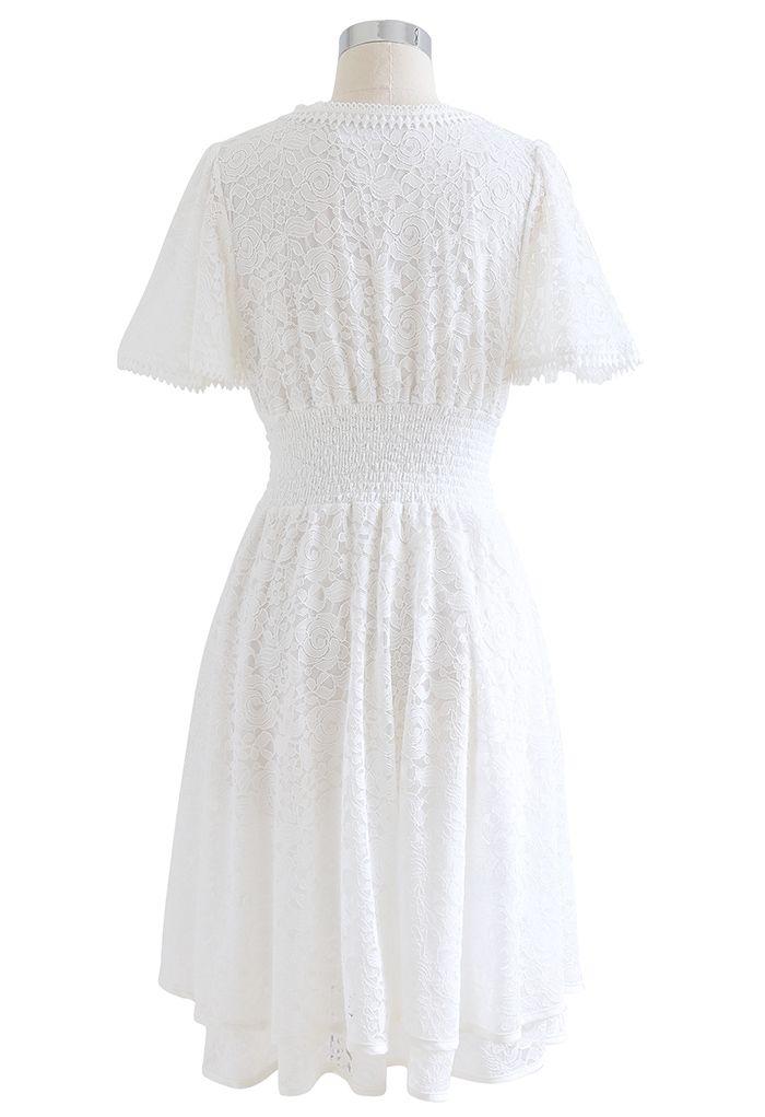 Robe en dentelle rose à col en V et taille froncée en blanc