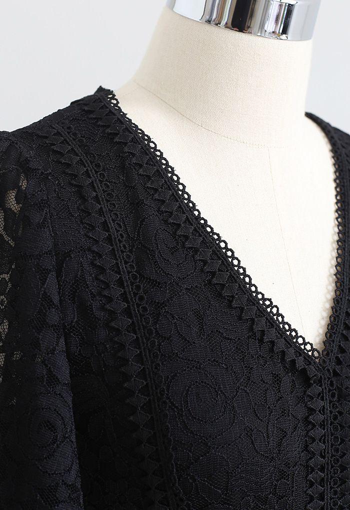 Robe en dentelle rose à col en V et taille froncée en noir