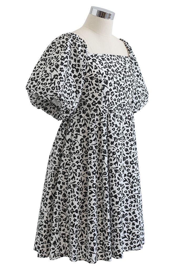 Robe Dolly froncée à fleurs et à encolure carrée en blanc