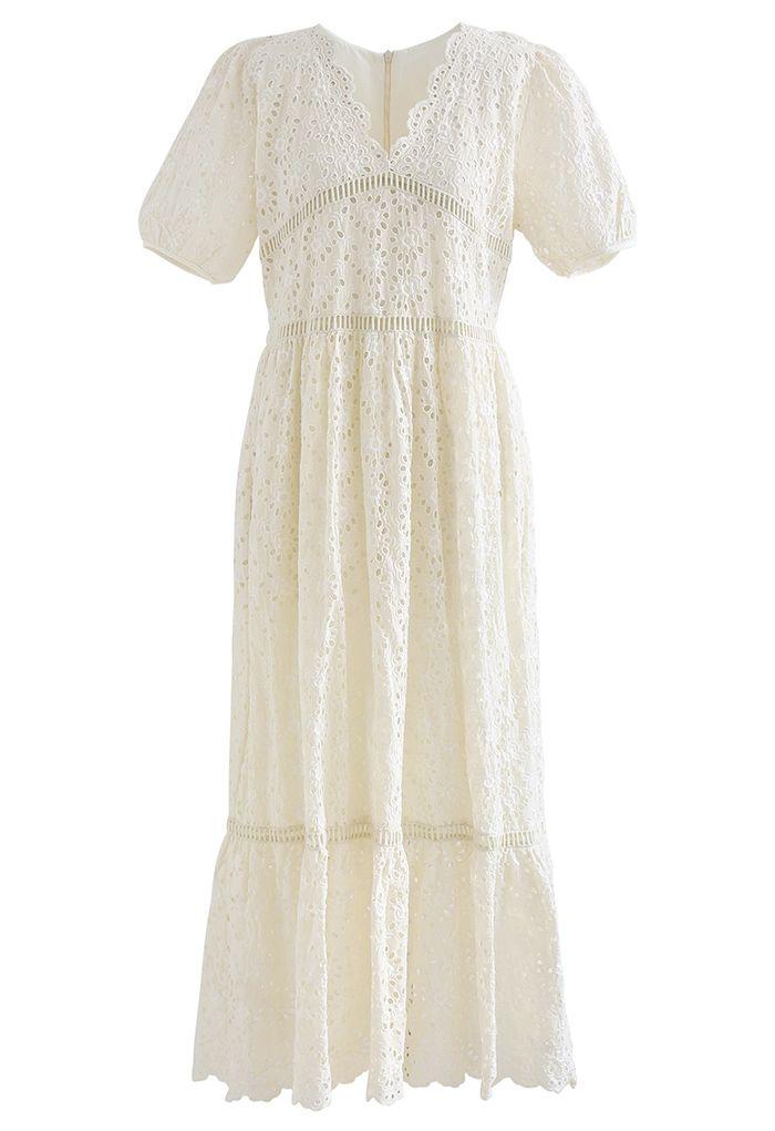 Robe longue à broderies à œillets et à encolure en V festonnée en crème