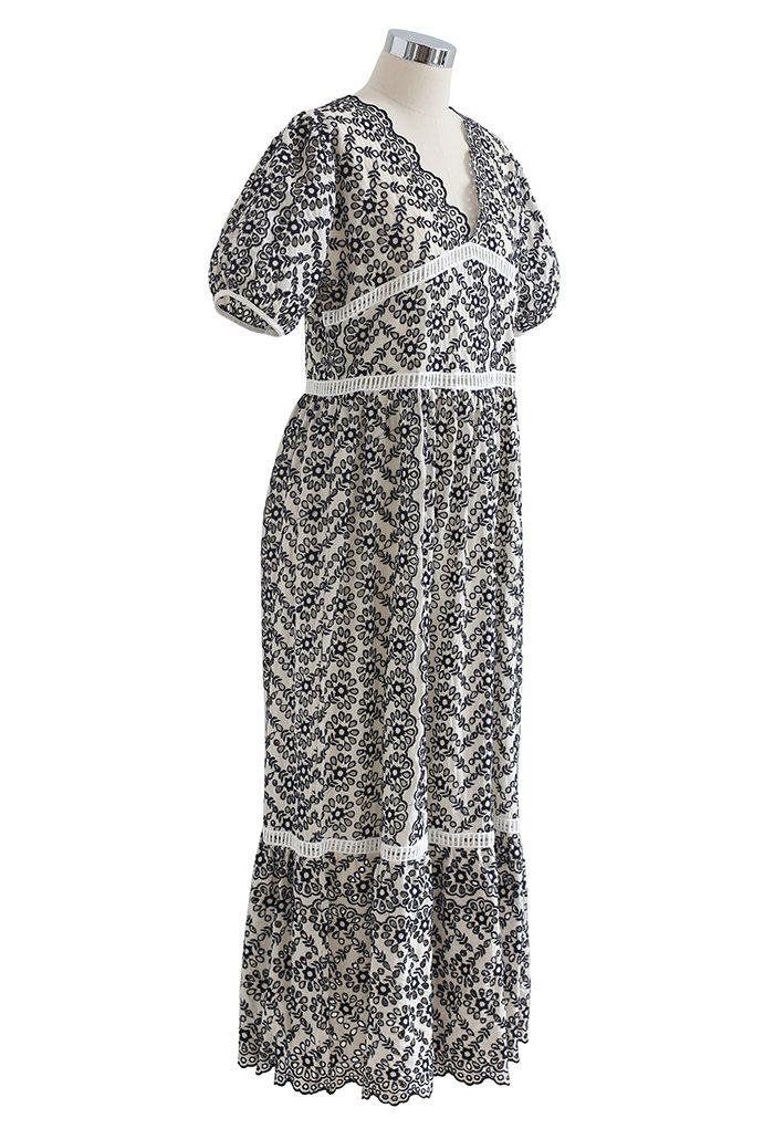 Robe longue à broderies à œillets et à encolure en V festonnée en bleu marine