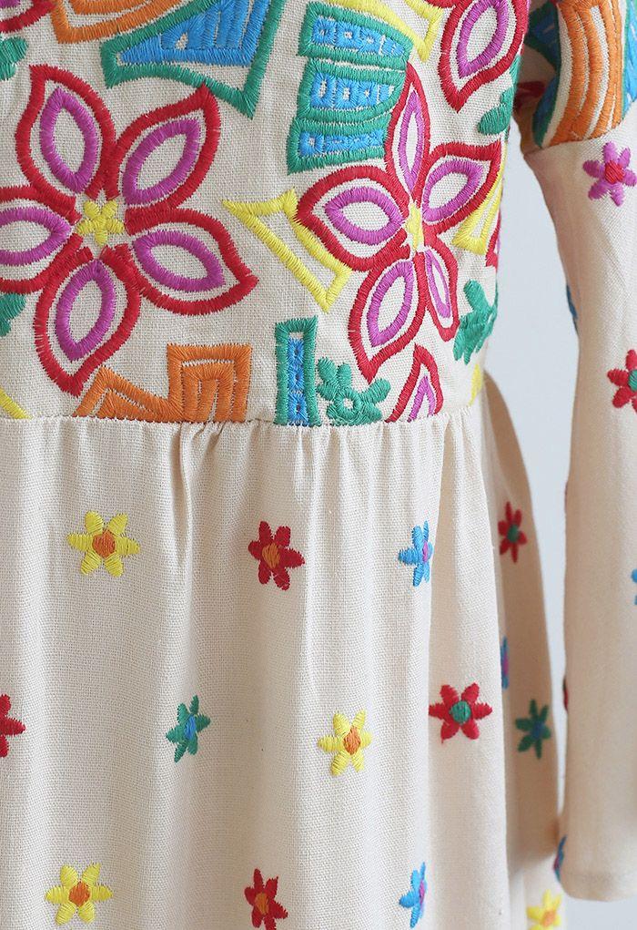 Robe longue aux poignets volantés brodés de fleurs vives