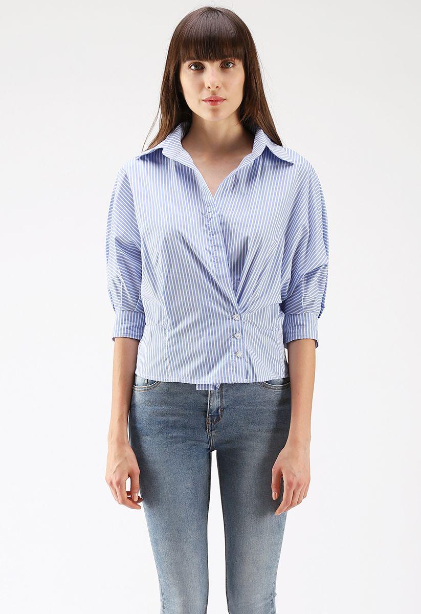 Enveloppez une chemise de vacances à rayures bleues