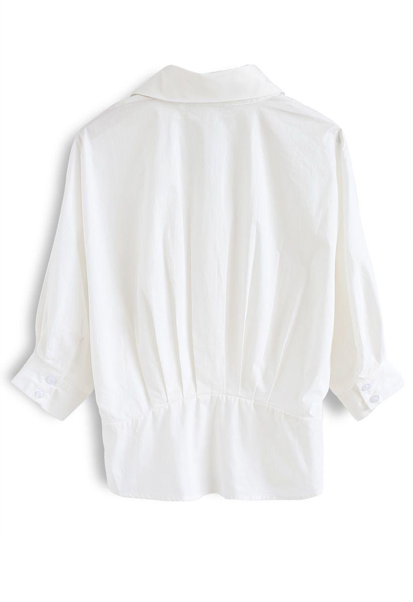 Enveloppez une chemise de vacances en blanc