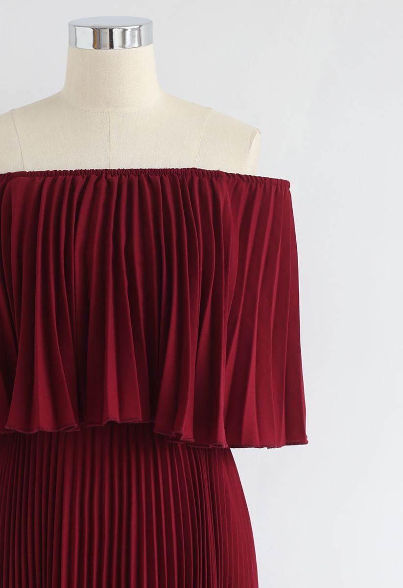 Robe longue plissée à épaule dénudée – couleur bordeaux