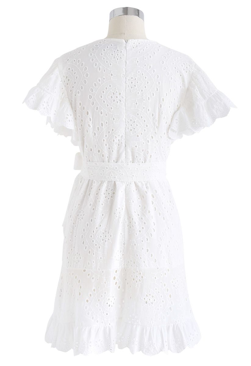 Suivez la robe à volants à œillets brodés au soleil