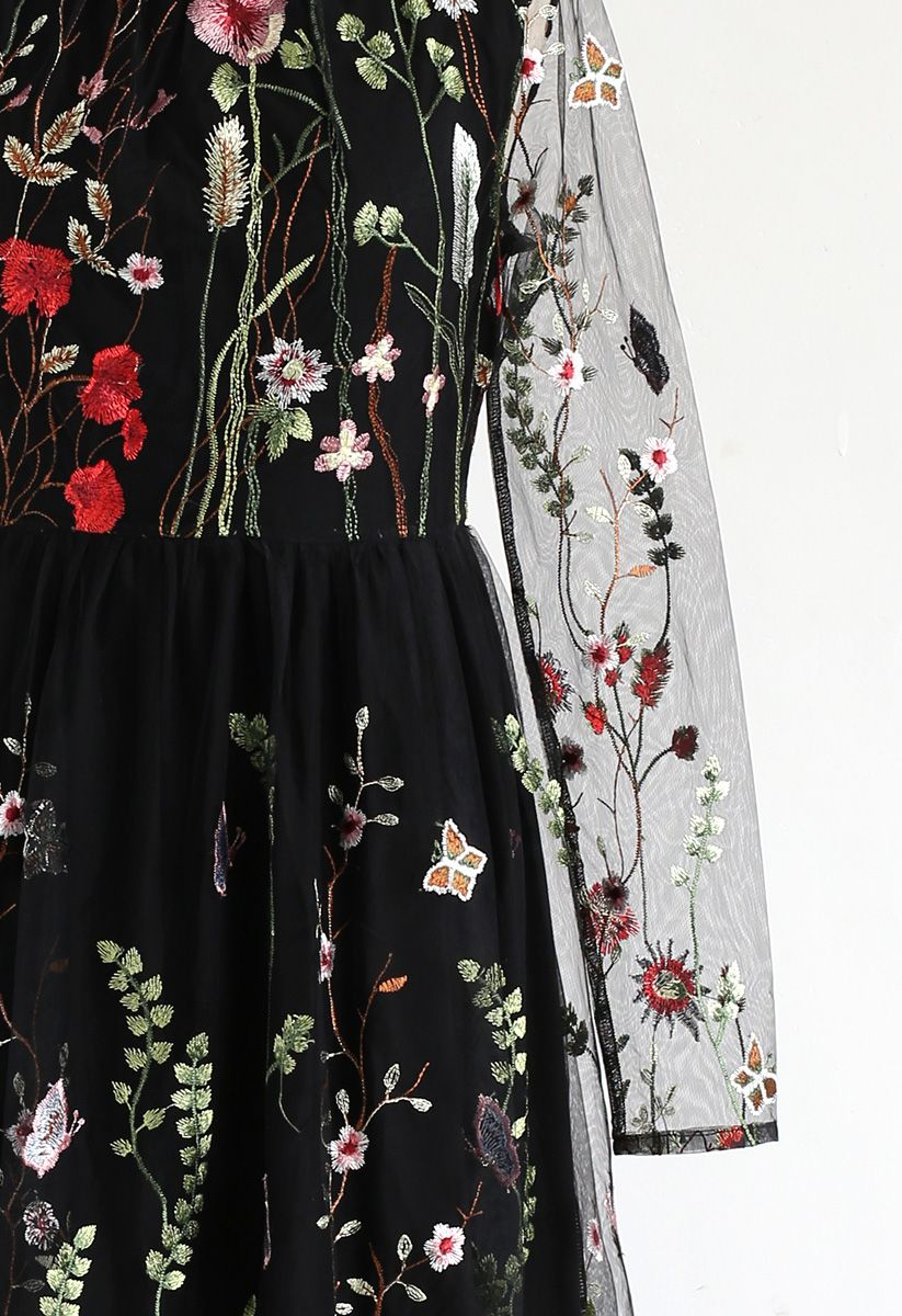 Perdue dans les champs en fleurs Robe longue en maille bordée noir