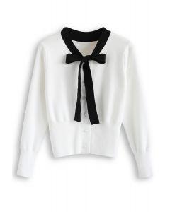 Pull en tricot boutonné avec nœud papillon en blanc